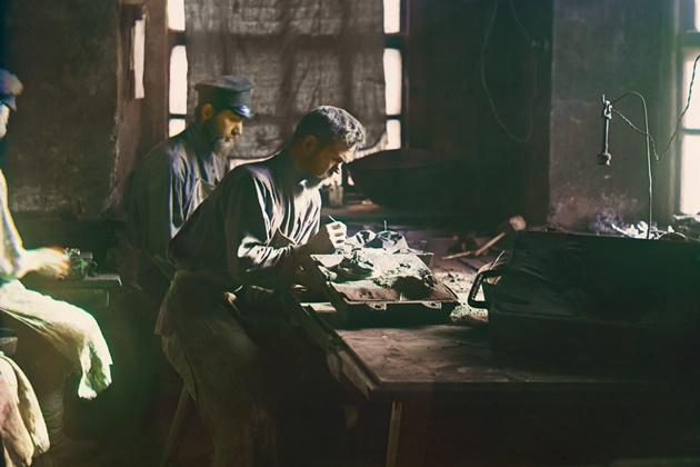 Каслинские мастера за работой 1912 год630.jpg