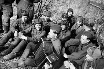 Книжно-иллюстративная выставка книг и плакатов времен Великой Отечественной войны_350.jpg